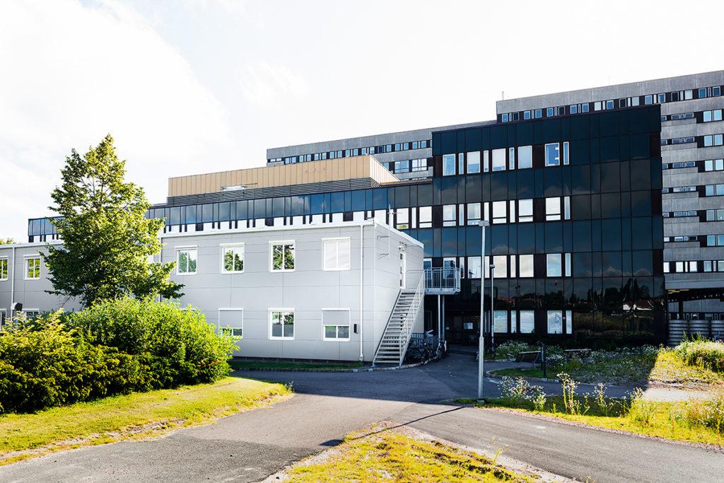 Sykehuspaviljong med lyse fasadeplater